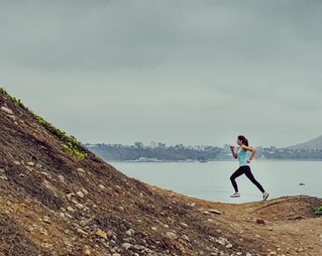 3 people running